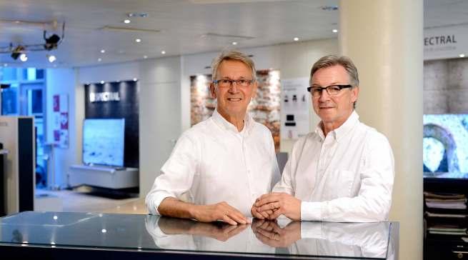 In Mönchengladbach übergeben Joachim und Rudolf Gottschalk (v.l.) …