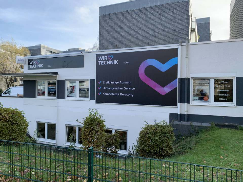 """Unter der Flagge von """"Wir lieben Technik"""": das Elektrofachgeschäfts """"Kühn!"""" in Köln-Pesch …"""