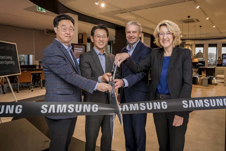 Willem Kim (Head of Consumer Electronics), Senior Vice President Sangho Jo (Head of Samsung Electronics), Michael Cyriax, Landrat Main-Taunus-Kreis und Christiane Augsburger, Bürgermeisterin von Schwalbach, durchschneiden das Band zum neuen Samsung Showroom (v.l.n.r.).