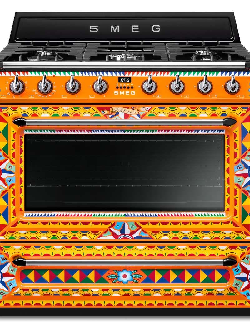 <h1>Smeg Kochzentrum Dolce & Gabbana</h1><h3 style='font-size: 20px; margin: 0px 0px 15px 0px;'> -Sondermodel mit sizilianischem Dekor und reich verziertem Farbspiel</h3>