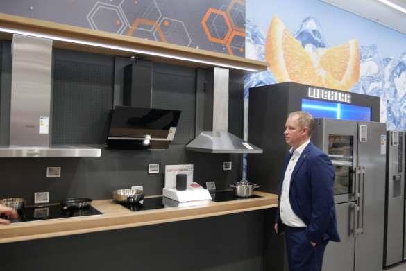 Marktleiter Marco Pralle demonstriert mittels Alexa, wie das smarte Zuhause auch bei Einbaugeräten problemlos einzieht.