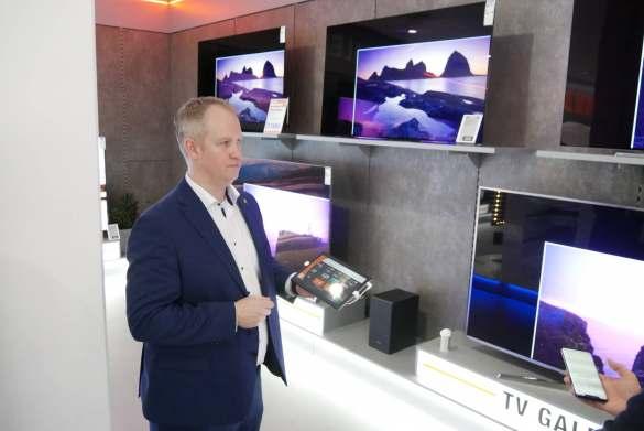 Clever: Mit Hilfe einer digitalen TV-Größenumschaltung können unterschiedliche Zollgrößen direkt miteinander verglichen werden. Marktleiter Marco Pralle zeigte wie es geht.