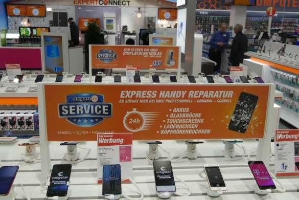 Überall im Markt präsent: das Thema Service. expert setzt auf Expressreparaturen bei Smartphones sowie auf Lieferung und Montage bei großen Fernsehern und Hausgeräten.