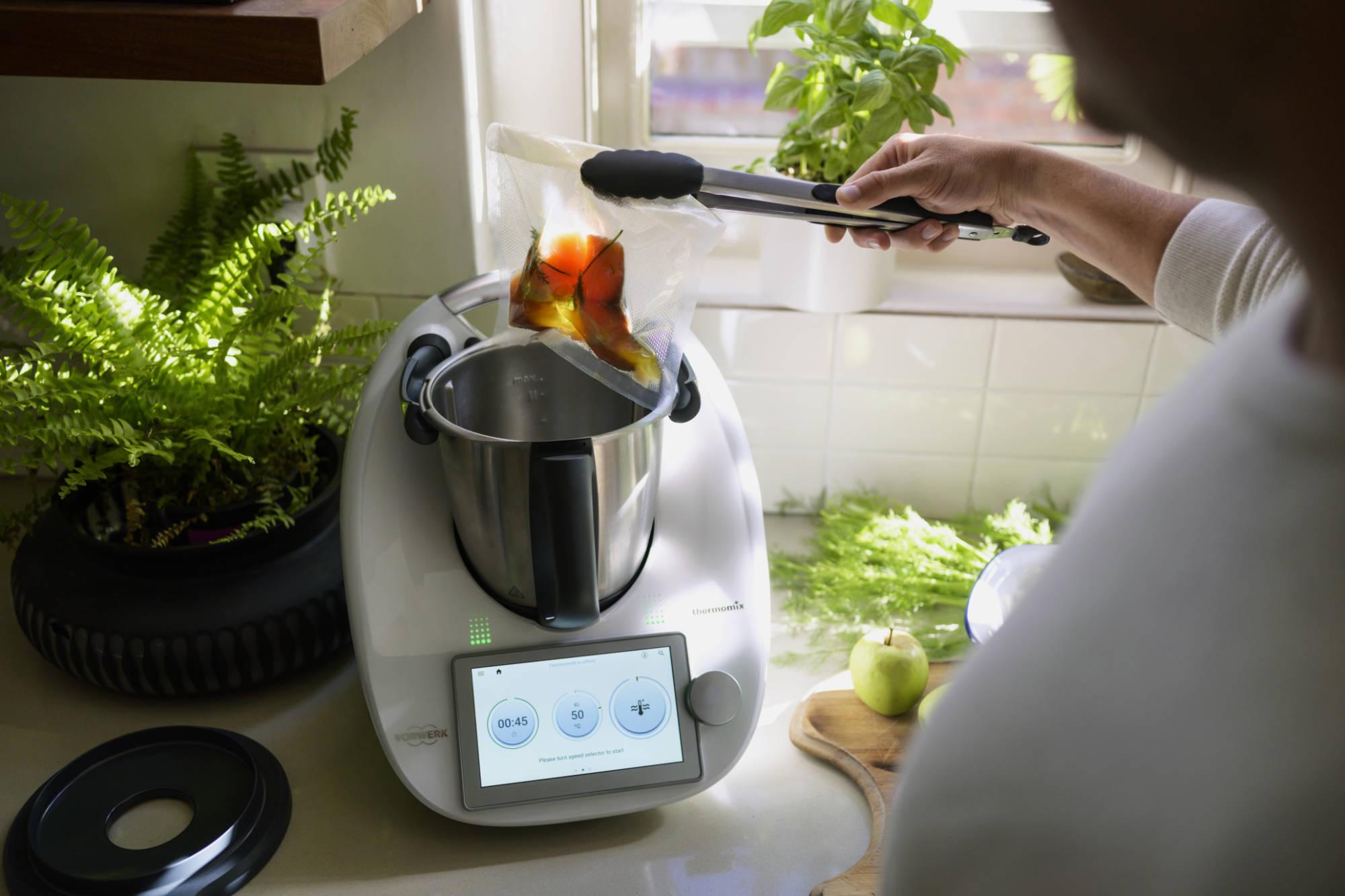 Tausendsassa in der Küche: Mit Sous-vide gelingt das Garen von Fleisch, Fisch und Gemüse bei niedrigen Temperaturen auch mit dem Thermomix aromatisch wie vitaminschonend. Foto: Vorwerk