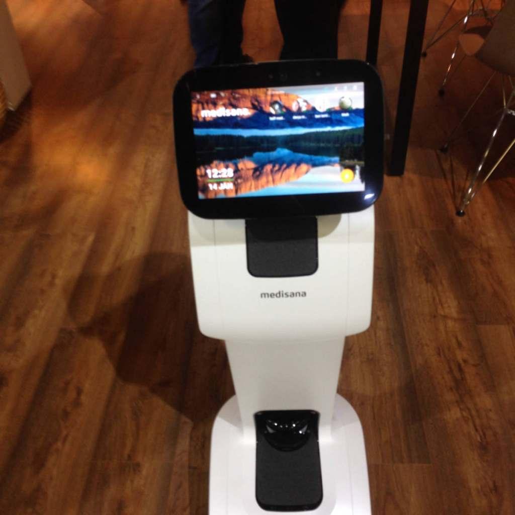 Der Home Care Roboter von Medisana ist ideal als Assistenz für ältere Herrschaften.