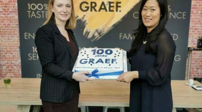 Happy Birthday! Franziska (l.) und Johanna Graef präsentieren infoboard.de die Geburtstagstorte.
