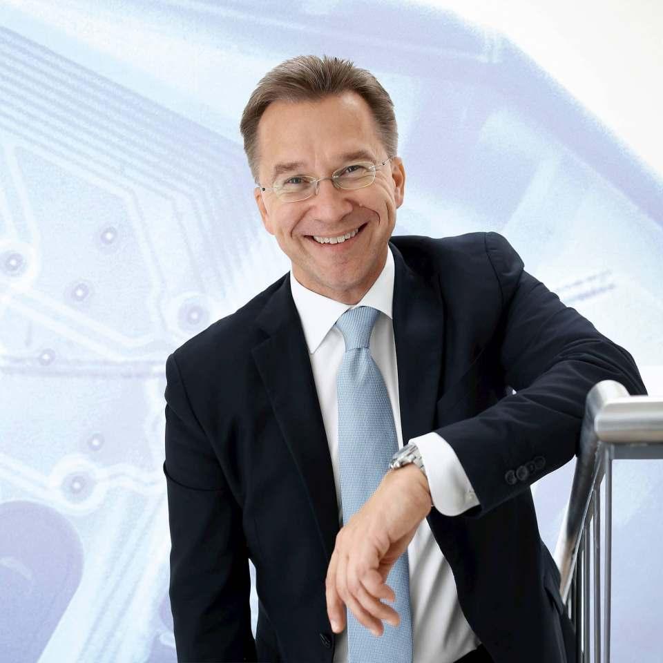 Euronics Vorstandssprecher Benedict Kober kündigt weitere E-Ladestationen an.