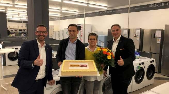 electroplus jetzt auch in der Oberpfalz (v.l.n.r.): Martin Wolf (EK Leiter Vertrieb und Marketing Elektro/Küche/Licht), Naser und Petra Makolli sowie Christian Bichlmeier (Regionalleiter EK Home).