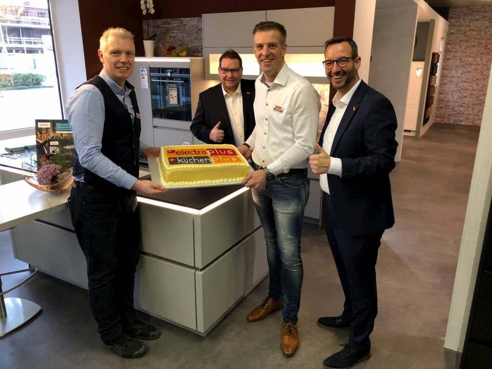 """Eröffnung bei """"electroplus küchenplus 2000"""" (v.l.): Frank Winkelmann, Rainer Herold (Regionalleiter Hausgeräte Nord), Jan Quathamer und Martin Wolf (Leiter Vertrieb und Marketing Elektro/Küche/Licht)."""