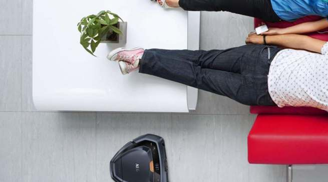 Da kann man glatt die Füße hochlegen: Der RX9 von AEG erledigt zuverlässig die Bodenpflege.