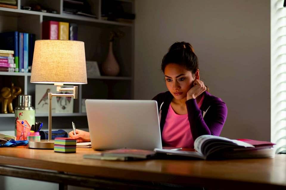 Bitte im Home Office nicht vergessen: Tischleuchten am Schreibtisch sorgen – ergänzend zum Raumlicht – für zusätzliche Helligkeit. Foto: licht.de/signify