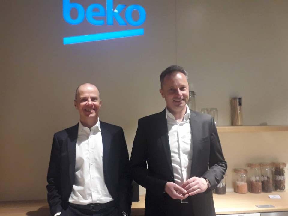 """Sehen die Strategie """"Ambition 2020+"""" auf Kurs: Mario Vogl (l.) und Peter Herzberger (Vertriebsleitung Küchen- und Möbelfachhandel)."""