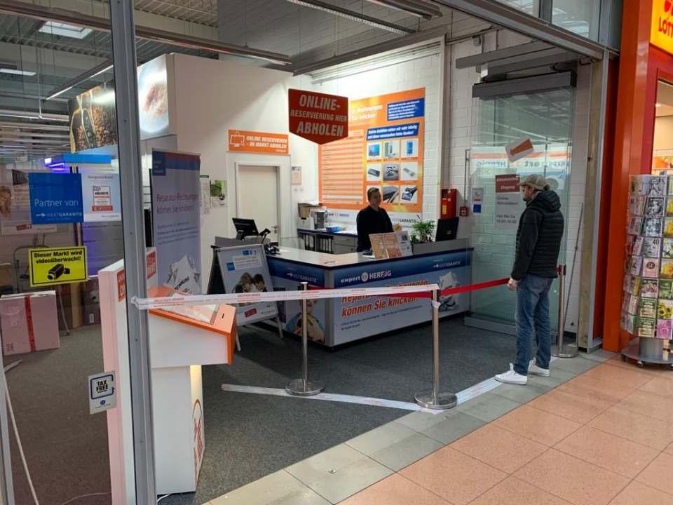 Die Service-Points der Filialen wurden in von außen erreichbare Abholstationen umfunktioniert.