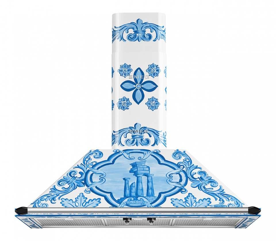Smeg Dunstabzugshaube Dolce & Gabbana mit Majolika-Motiven in Blau und Weiß.
