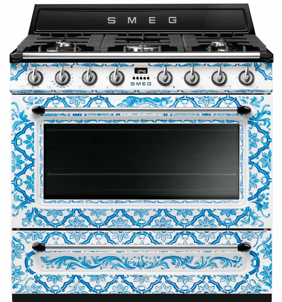 Smeg Kochzentrum Dolce & Gabbana mit Majolika-Motiven und sizilianischem Dekor in Blau und Weiß.