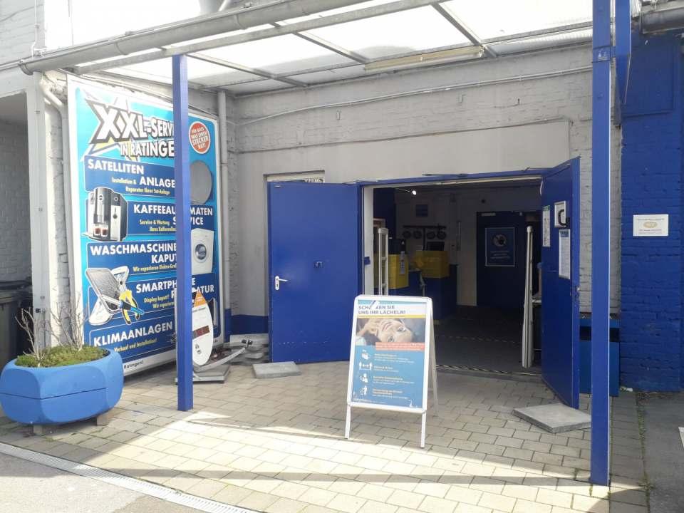Der Eingang zur Werkstatt von Euronics XXL Johann * Wittmer ist auch Donnerstagmittag geöffnet.