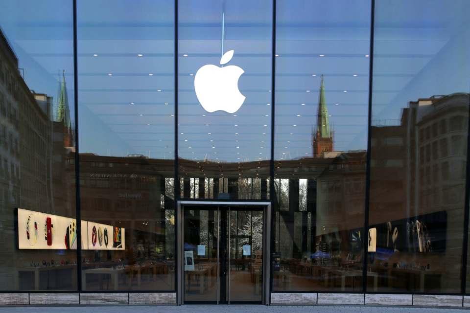 Frühlingssonne am Wochenende in Düsseldorf, doch die Leere rund um den Apple Store an der Königsallee hatte etwas Gespenstisches. Foto: Benno Jacobs