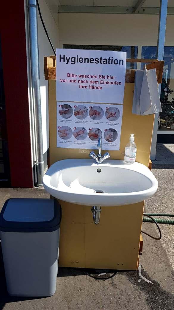 Vorbildlich: eine mobile Hygienestation vor dem Eingang, an der sich der Kunde vor und nach dem Kauf die Hände waschen und desinfizieren kann.