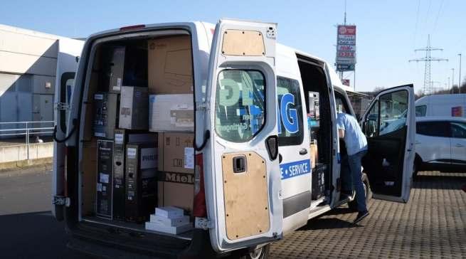 Viel zu tun: Die Service-Transporter für die Auslieferung sind voll beladen.