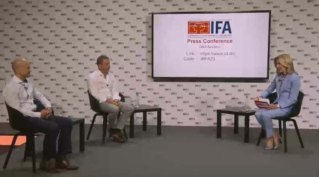 Stellen sich den per Online eingegangenen Fragen: Die IFA-Macher Jens Heithecker und Dirk Koslowski (vorne).