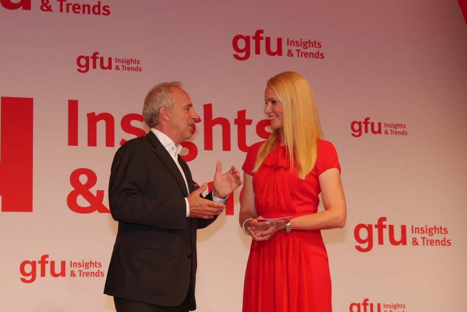 Unser Foto aus dem Jahr 2017 zeigt Hans-Joachim Kamp im Gespräch mit Moderatorin Judith Rakers auf der gfu Insights & Trends.