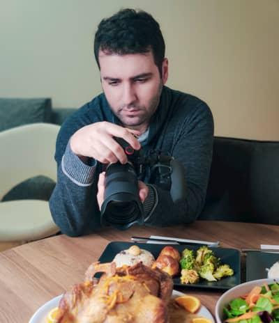 Vlogger Ümit Memisoglu kocht mit Leidenschaft und lässt andere auf TikTok in seinen 60-sekündigen Videos am Geschehen teilhaben.