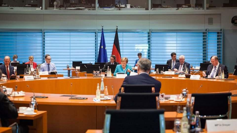 Ein Baustein, der der Konjunktur wieder auf die Beine helfen soll: Mitte Juni billigten Kanzlerin Merkel und die Regierungschefs der Länder u.a. die Senkung der Mehrwertsteuer.