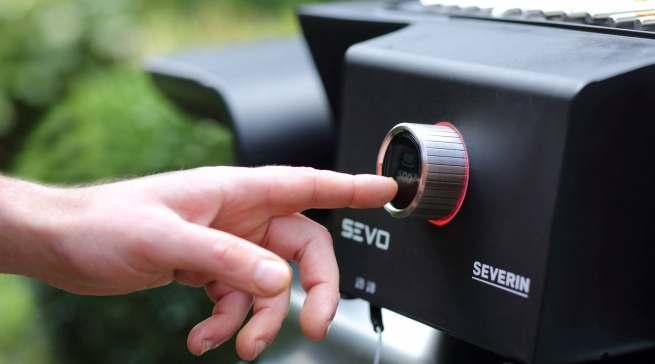 Über einen beleuchteten Dreh-Drück-Regler lässt sich die Temperatur in 10-Grad-Schritten präzise regulieren.