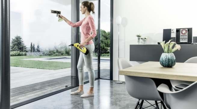 Mühelos von der Hand geht das fensterputzen mit einem Fenstersauger. Der WV 5 Premium Plus von Kärcher lässt Schlieren keine Chance.