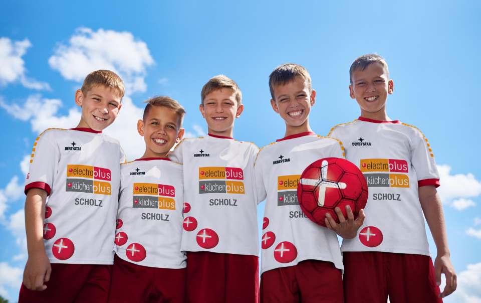Sympathieträger: Die Elektro- und Küchenprofis der EK statten mit einer großen Trikotaktion deutschlandweit Kinder- und Jugend-Fußballmannschaften aus.