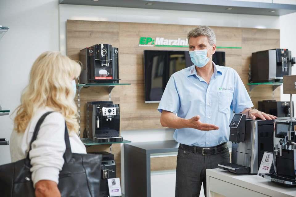 Auch in Krisenzeiten erfolgreich: Mathias Marzini begrüßt die ersten Kunden in seinem neuen EP:Fachgeschäft für Haushaltsgeräte.