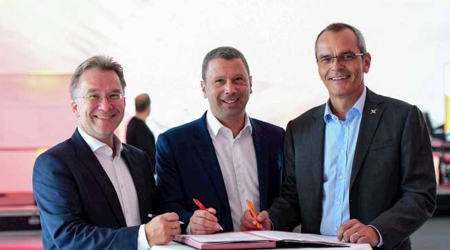 Besiegelten im September 2019 die KOOP-Messe 2021 (v.l.): Benedict Kober (Euronics), Jens Heithecker (Messe Berlin) und Dr. Stefan Mülller (expert).