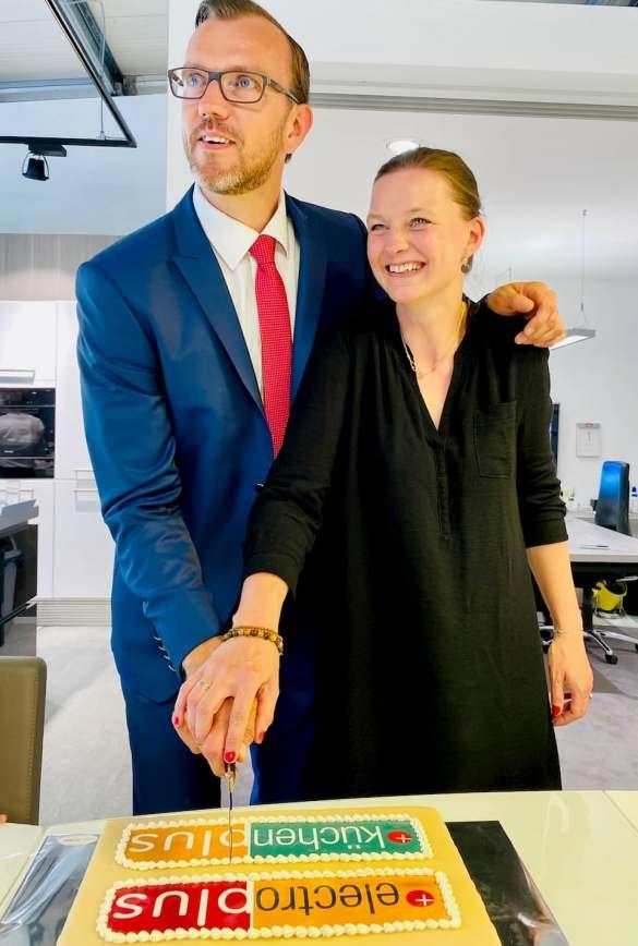 Schnitten die Eröffnungstorte an: Nicole und Matthias Plaggenborg.