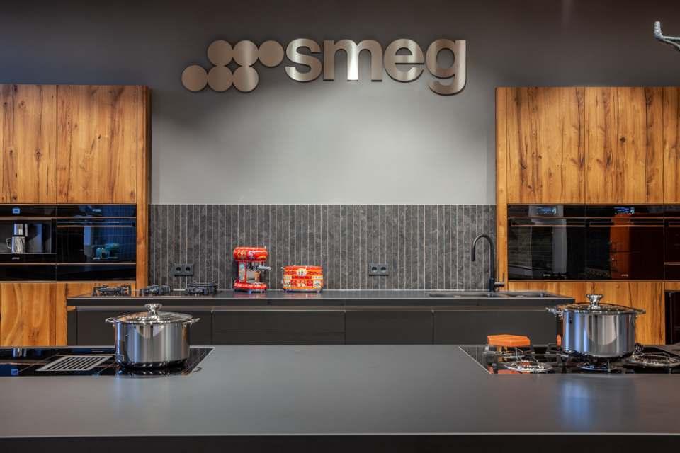 Smeg hat den Showroom in den ehemaligen Stallungen von Gut Böckel mit einem angepassten Besucherkonzept auf den aktuellen Stand gebracht.