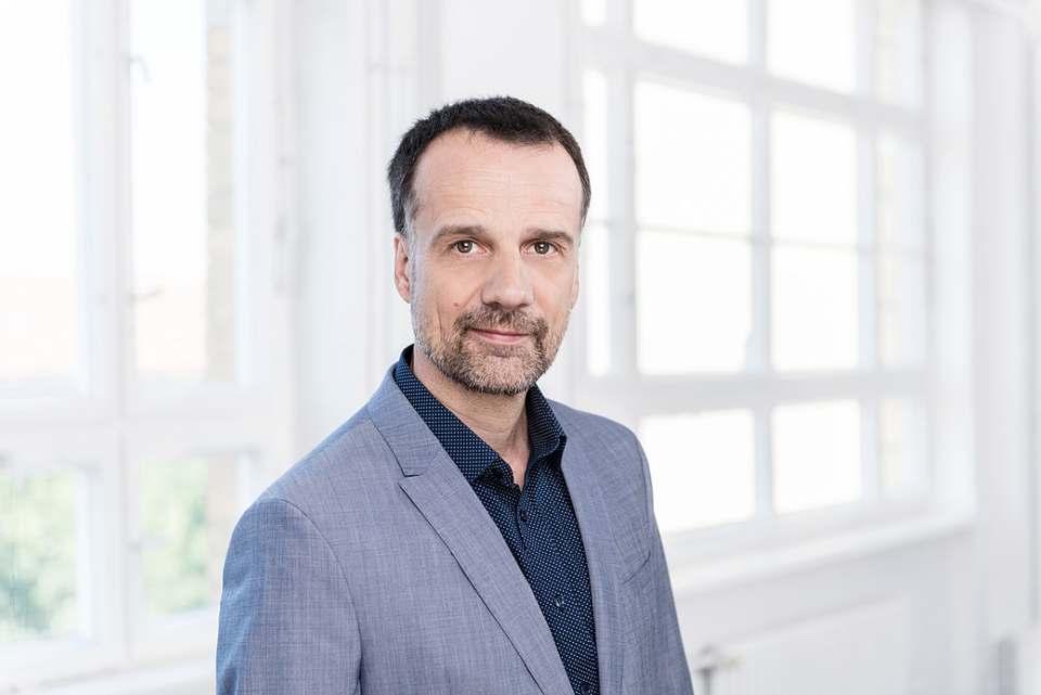 """""""Der E-Commerce hat sich im zweiten Quartal nachhaltig als zusätzliche Versorgungs-Infrastruktur etabliert"""", Christoph Wenk-Fischer, bevh-Hauptgeschäftsführer. Fotos/Logo: BEVH"""