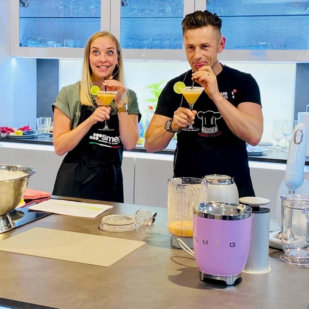Schritt für Schritt wurden in der Showküche von electroplus küchenplus Ruder köstliche Cocktails zubereitet. Foto: EK/servicegroup
