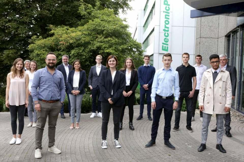 Die Vorstände Friedrich Sobol und Karl Trautmann begrüßen mit Vertretern der Personalabteilung 10 Auszubildende in Düsseldorf.