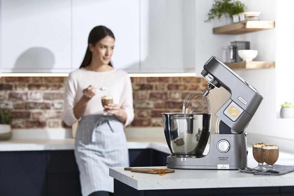 Wiegt und wärmt: Die TitaniumChef Patissier XL von Kenwood mit Wärmefunktion und integrierter Waage ist dein perfekter Partner fürs Backen.