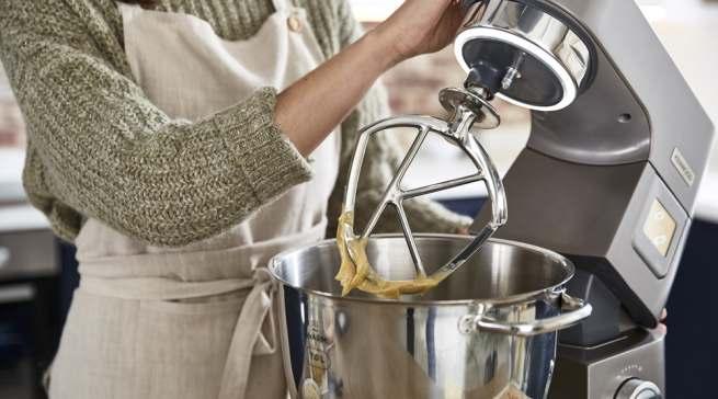 """Der """"BakeAssist"""" bietet sechs voreingestellte Programme zum Teig kneten, Teig gehen lassen, Eiweiß schlagen, Baiser machen, Kuchenteig rühren und Schokolade schmelzen auf Knopfdruck."""