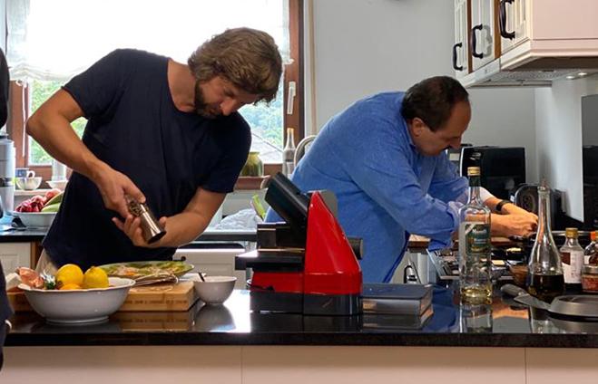 Für Graef liefert Johann Lafer persönlich und packt in der Küche mit an.