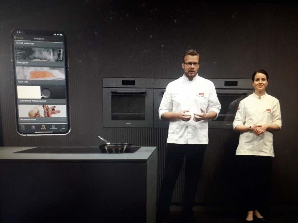Tobias Wulfmeyer und Sophia Neuendorf zeigten, wie Miele mittels künstlicher Intelligenz das Kochen auf ein neues Level hebt.