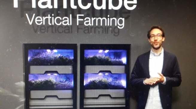 """Maximilian Lössl, Gründer und Geschäftsführer von Agrilution, demonstrierte den """"Plantcube"""", der mit Vertical Farming grüne Vielfalt in die Küche bringt."""