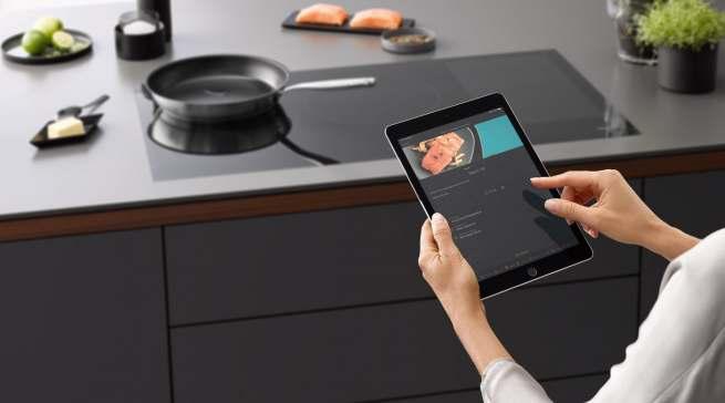 Das smarte Assistenzsystem CookAssist macht das Braten so leicht wie nie: Schritt für Schritt führt die App durch den Bratprozess.
