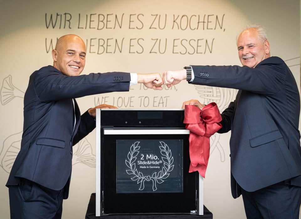 Feiern den zweimillionsten Slide&Hide Backofen von Neff: Marco Tümmler (l.) und Thomas Baumeister (r.).