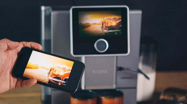 Das ist neu: Über die Nivona-App lassen sich via Smartphone persönliche Lieblingsmomente und Fotos als Sperrbildschirm auf den Kaffeevollautomaten einstellen.