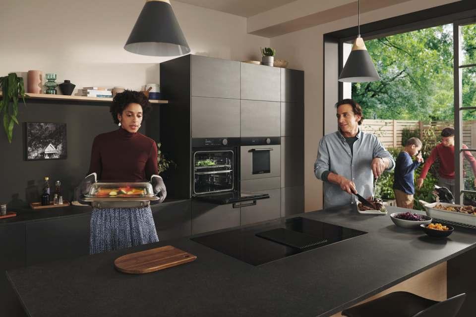 """Passend zu den diesjährigen Küchentrends 2020 sind die Produkte der """"Infinite Linie"""" in einem dunklen erdigen Ton erhältlich und weisen eine matte Oberflächenstruktur auf."""