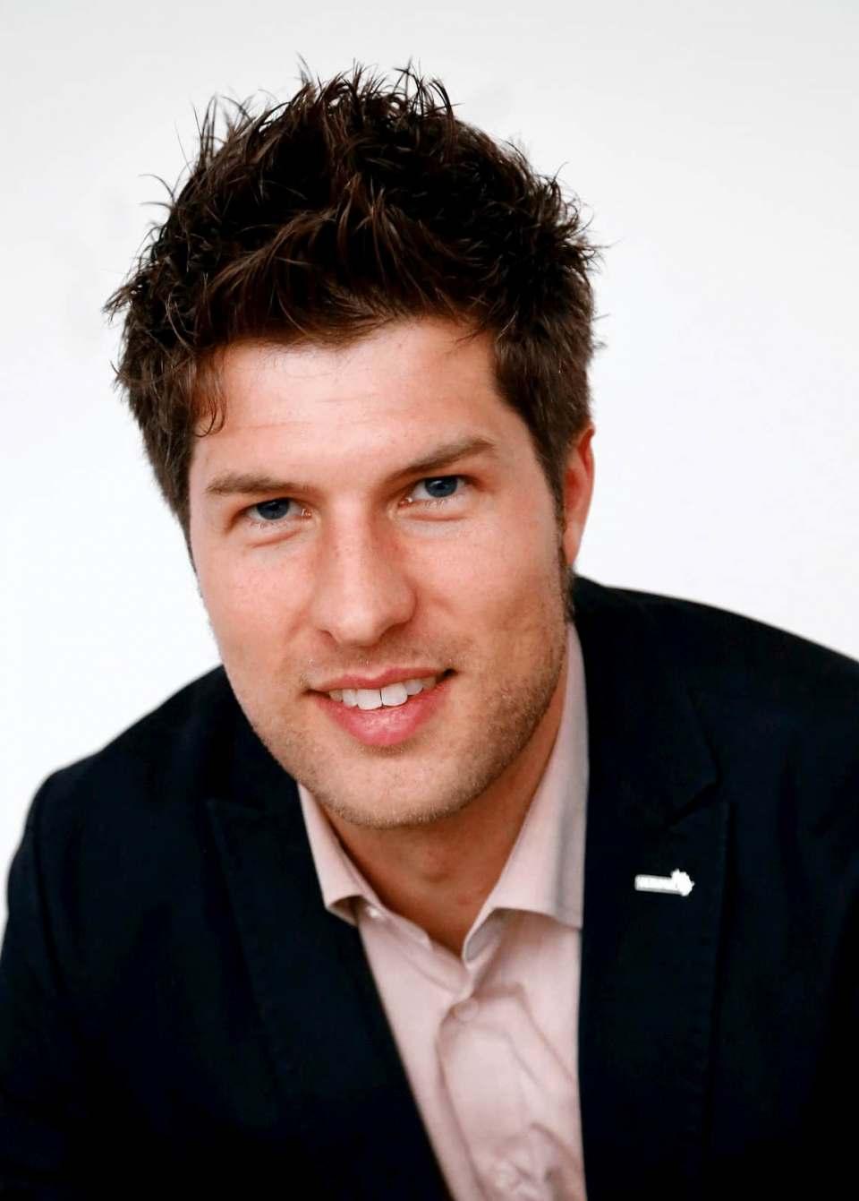 Patrick Schwarzhaupt, Betriebstypenmanager Fachhandel freut sich über Musikgenuss in Studioqualität.
