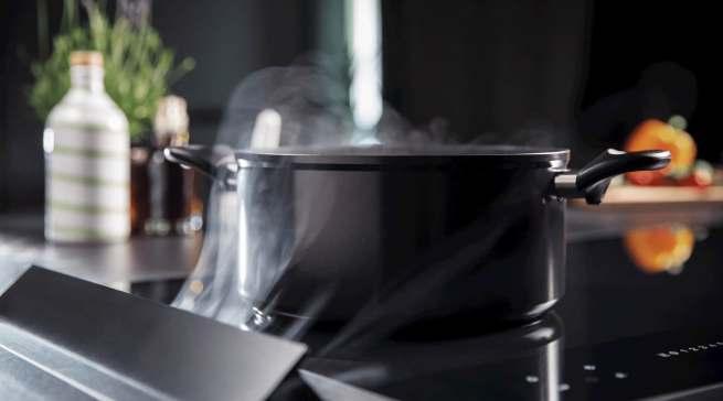 """Die """"Downair Mistral Flex"""" von Homeier folgt dem Trend, Kochdünste nach unten abzusaugen."""