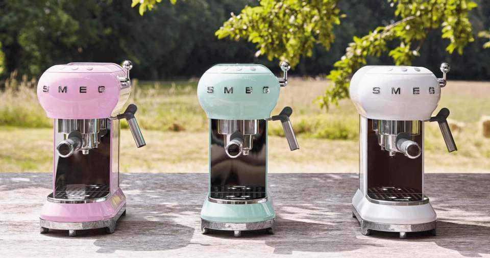 """Siegreich bei """"Haus & Garten Test"""": die Smeg Espresso- Kaffeemaschine mit Gesamtnote 1,6."""