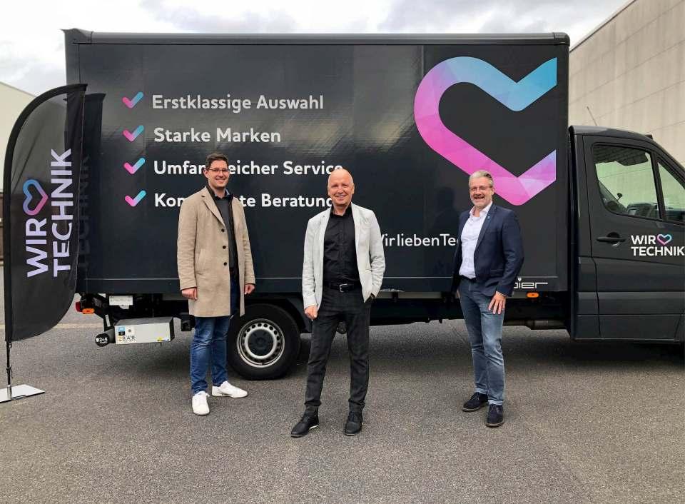 """Peter Schiefelbein übergibt sein Unternehmen an """"Wir lieben Technik"""", vertreten durch Leiter Dominik Wassong (l.) und Michael Melcher (r.)."""
